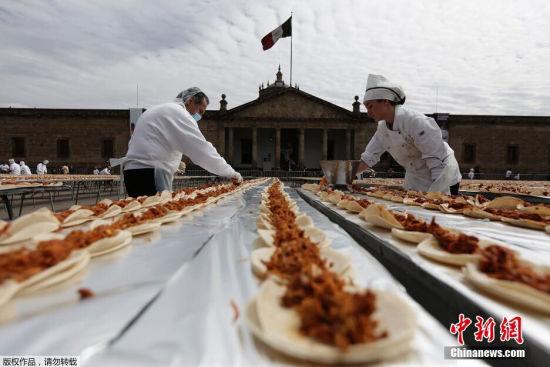 2月25日,墨西哥瓜达拉哈拉,厨师们制作2500米长煎玉米卷,欲破吉尼斯世界纪录。这个超长玉米卷共用掉4吨猪肉和36000个玉米饼。
