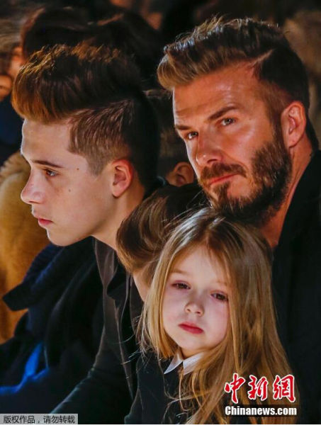当地时间2月15日,2015纽约时装周(秋冬):Victoria Beckham品牌秀,贝克汉姆携子女为爱妻助阵。