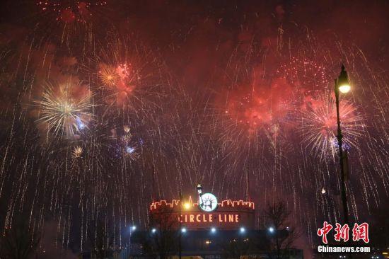 """当地时间2月17日晚,为庆祝中国春节,纽约在哈德逊河畔举行""""和美中华""""大型烟花晚会。据称,这是在纽约为欢度中国春节第一次燃放焰火,也是美国历史上第一次为中国春节大规模燃放焰火。中新社发"""
