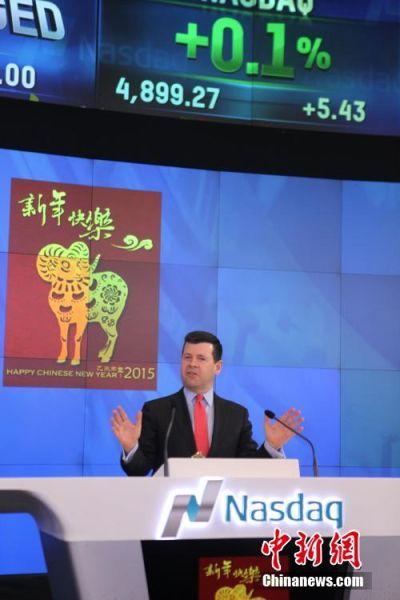 """美国东部时间2月18日,中国驻纽约总领事章启月大使敲响纳斯达克开市钟,喜迎新年。图为纳斯达克副总裁麦柯奕以中文发出""""新年快乐""""、""""恭喜发财""""的祝福。中新社发 邓敏 摄"""