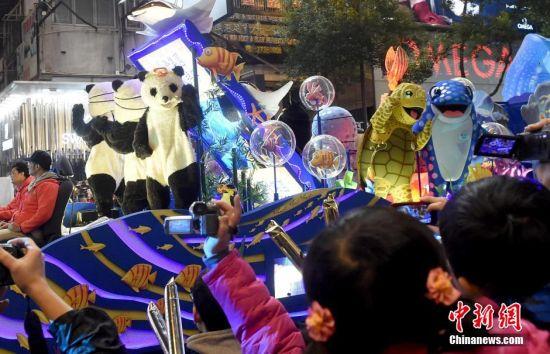 """2月19日晚,香港""""国泰航空新春国际汇演之夜""""吸引众多游客。本次巡游有34支来自世界各地的花车及表演队伍巡游,为香港市民和游客呈上精湛表演。 中新社发 张宇 摄"""