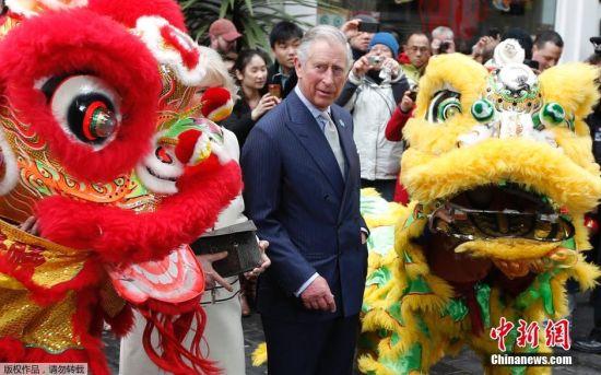 当地时间2015年2月19日,英国伦敦,英国查尔斯王子与卡米拉走访唐人街,共同庆祝中国春节。