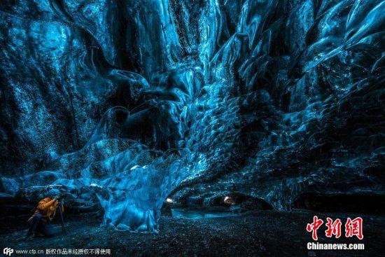 2015年2月20日消息(具体拍摄时间不详),据英国《每日邮报》报道,近日,摄影师Einar Runar Sigurosson拍摄了一组冰川冰洞的照片,向人们展示了欧洲最大冰川的冰洞美景。图片来源:CFP视觉中国