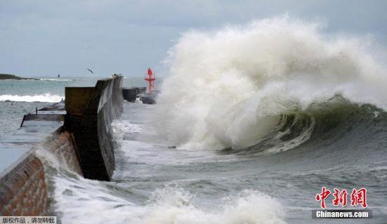 当地时间2015年2月20日,法国西部Lesconil,当地遭强风袭击,巨浪拍岸。