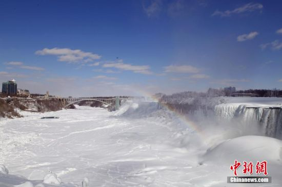 2月25日,位于加拿大安大略省和美国纽约州的尼亚加拉河上的尼亚加拉大瀑布被冰雪覆盖,景致壮观。尼亚加拉瀑布是世界第一大跨国瀑布,与南美的伊瓜苏瀑布和非洲的维多利亚瀑布并称为世界三大瀑布。尽管近期当地遭遇历史上同期少有的极寒天气,但世界第三大瀑布依旧奔流不息。 中新社发 徐长安 摄