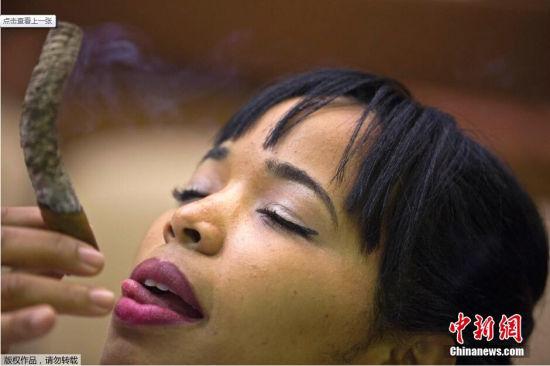 当地时间2015年2月26日,古巴哈瓦那,第17届古巴雪茄节举行,爱好者参加抽雪茄留最长烟灰比赛。
