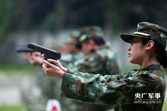 一名女警官正在射击。陆才兴摄