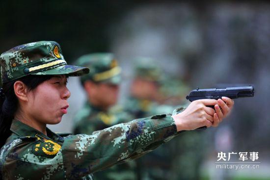 一名女警官正在瞄靶射击。陆才兴摄