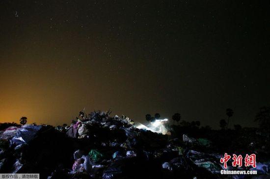 """图为夜幕下的""""Anlong Pi""""垃圾村。"""