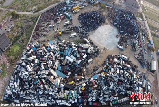 3月28日,浙江杭州余杭区一家报废车停车场,数千辆报废车密密麻麻堆放在这里,其中有不少是黄标车。拆下来的零件、发动机随处可见。 图片来源:东方IC 版权作品 请勿转载