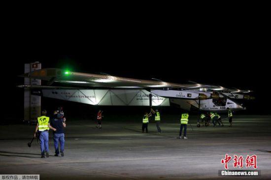"""当地时间2015年3月30日,缅甸曼德勒,""""阳光动力2号""""太阳能飞机从当地机场起飞前往中国重庆。"""