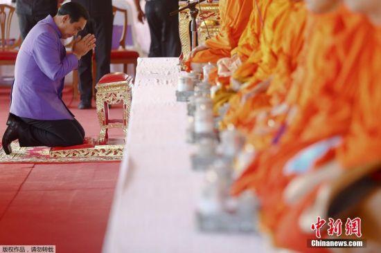 4月2日是诗琳通公主60大寿的日子,泰国全国各地,包括普通民众到政府人员,一大早就开始穿上紫衣,布施祈福。总理巴育上将也来到皇家田,为公主行善祈福,恭祝公主殿下懿寿千秋。