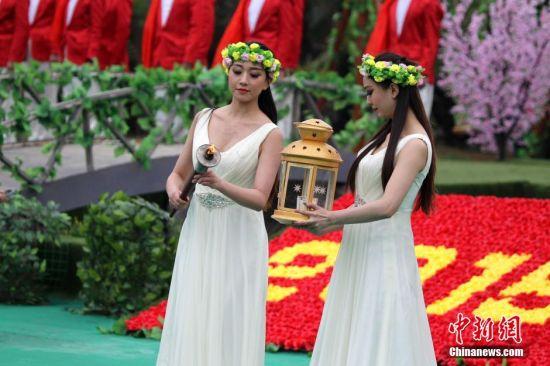 图为美女使者穿圣洁礼服传承薪火。 王中举 摄