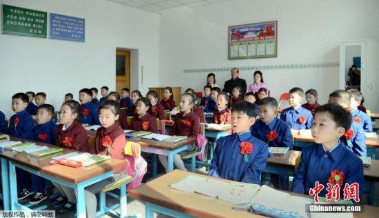 当地时间4月1日,朝鲜各地迎来开学日。学生们由老师带领,手举鲜花,佩戴大红花,迎接新学期。