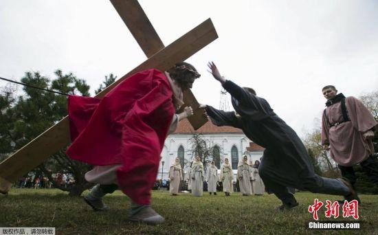当地时间4月1日,白俄罗斯的一座天主教堂外,一些民众再现还原了耶稣受难的生活场景。当地时间4月5日,是西方国家一年一度的复活节。