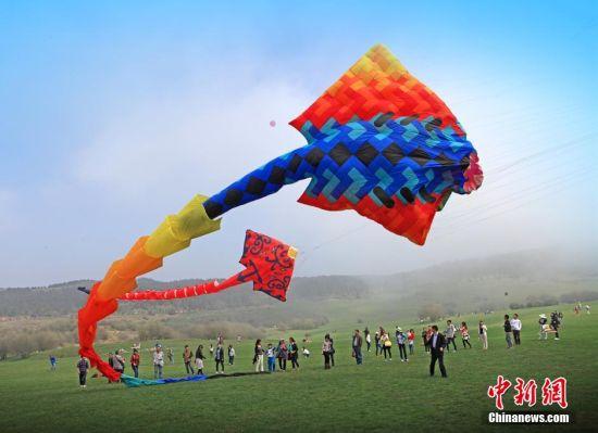 图为国际风筝节开幕式现场,巨型风筝放飞表演。周毅 摄