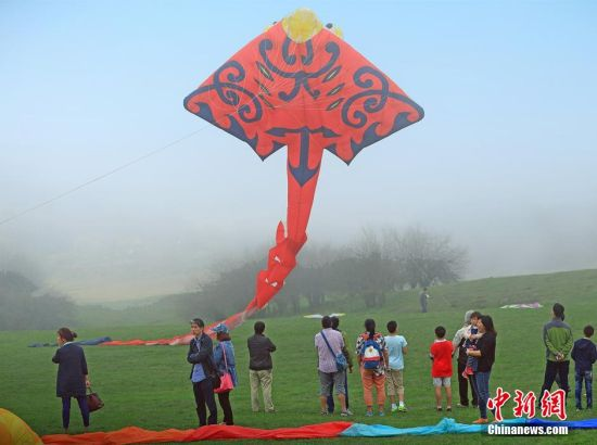 图为国际风筝节开幕,吸引众多市民前往参观巨型风筝放飞表演。周毅 摄