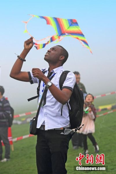 图为国际风筝节开幕,吸引外籍友人前往放风筝。周毅 摄