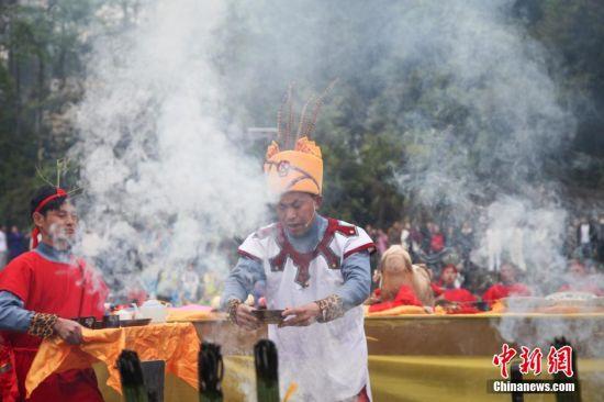 """2015年4月8日,一年一度的仡佬族裔祭天朝祖活动在贵州务川举行。每年的清明节前后,来自全国各地的仡佬族裔都会齐聚""""仡佬之源""""务川洪渡河畔,祭拜先祖。仡佬族祭天朝祖仪式,被列为""""国家优秀民族节庆"""",仪式包括礼祭、文祭、乐祭三部分。图为祭师向先祖献茶。贺俊怡 摄"""