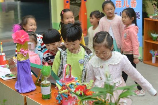 """贵州余庆:亲子手工作品倡导""""低碳""""图片"""