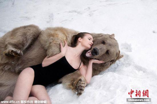 向公众展示这种凶猛的动物也有柔软的一面,并号召民众减少猎杀活动.