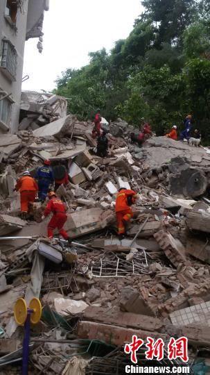 5月20日11时29分,贵州省贵阳市云岩区头桥社区宏富景苑一栋楼房垮塌。经初步核查,垮塌房屋共有住户35户114人,政府部门已排查35户,其中93人确认安全,尚有21人未联系上。图为救援现场。 曹有金 摄