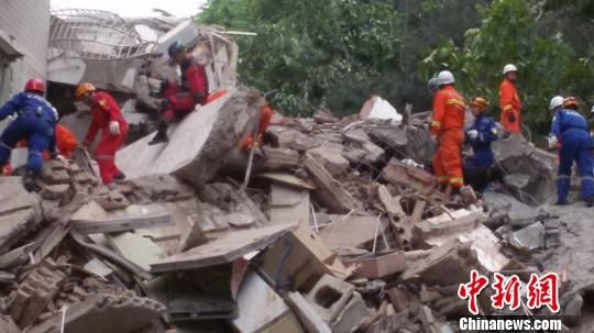 5月20日11时29分,贵州省贵阳市云岩区头桥社区宏富景苑一栋楼房垮塌。经初步核查,垮塌房屋共有住户35户114人,政府部门已排查35户,其中93人确认安全,尚有21人未联系上。图为救援现场。 曹友金 摄