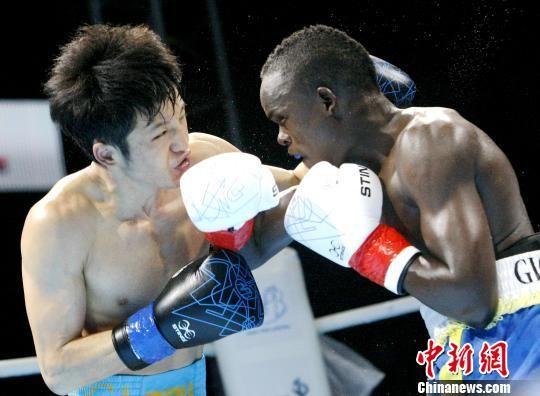 图为中国拳手张家玮比赛中的精彩瞬间。 张伟 摄