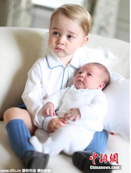 2015年6月7日报道,近日,英国王室公布了乔治小王子与妹妹夏洛特公主的温馨照片。令人意想不到的是,这些照片是约两周前由凯特王妃拍摄的。照片中乔治王子尽显大哥哥风范,对妹妹疼爱有加。 图片来源:东方IC 版权作品 请勿转载