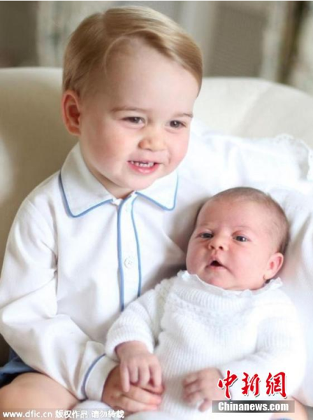 2015年6月7日报道,近日,英国王室公布了乔治小王子与妹妹夏洛特公主的温馨照片。令人意想不到的是,这些照片是约两周前由凯特王妃拍摄的。照片中乔治王子尽显大哥哥风范,对妹妹疼爱有加。图片来源:东方IC 版权作品 请勿转载