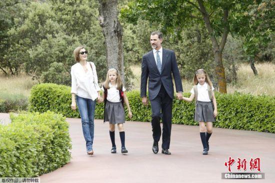 6月16日消息,西班牙王室发布国王费利佩六世一家皇室生活照。西班牙国王费利佩六世将于6月19日迎来继位一周年。图为当地时间2015年5月14日,根据西班牙王室提供的图片,西班牙国王费利佩六世与两个女儿Infanta Leonor和Infanta Sofia (左)。