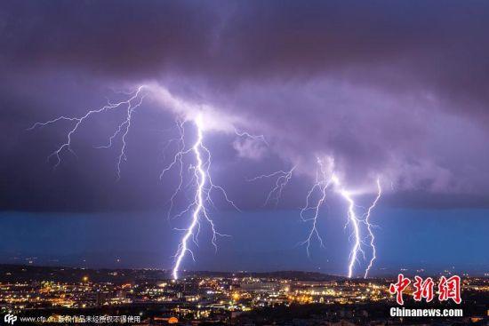 当地时间2015年6月16日,意大利撒丁区,26岁的Daniele Macis冒着生命危险,站在自家屋顶上,用镜头捕捉到闪电划破夜空的自然景象。