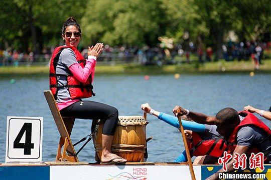 今年端午节适逢周末,加拿大最大城市多伦多6月20日上午开启一年一度的龙舟节,来自各个族裔的上万人聚集到安大略湖畔的中央岛,争睹百支龙舟竞技,乐享夏日嘉年华。中新社发 徐长安 摄