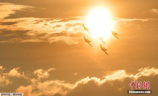 当地时间6月20日,罗马尼亚布加勒斯特,飞行表演队在进行飞行表演。当天,来自巴基斯坦、土耳其、拉脱维亚、英国、美国及东道主罗马尼亚的飞行表演队参加12个小时的飞行表演,参演机型从最轻型的滑翔机到军用战机。