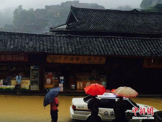 贵州省雷山县6月20日晚至21日14时,出现连续降雨,该县境内丹江、西江等乡镇遭受大暴雨袭击,西江千户苗寨景区部分路段因塌方交通中断。目前,西江景区游客滞留,景区道路、桥梁受损严重。正在组织力量抢修中。中新社发 何春 摄