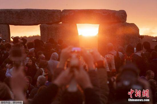 当地时间2015年6月21日,英国索尔兹伯里,数千民众聚集在巨石阵迎接夏至日日出的到来。