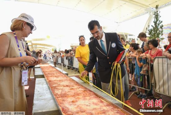 当地时间2015年6月20日,意大利米兰,约60人在米兰世博会期间制作了一个长1600米,宽1.5米的玛格丽特披萨,打破了吉尼斯世界纪录。