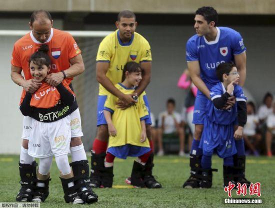 """当地时间7月7日,巴西Praia Grande的内马尔足球学校里,多位巴西职业球员与身体患有疾病无法踢球的小朋友们一起,开展了一场有趣的足球比赛。这个名为""""World Boots""""的足球活动旨在帮助有腿部疾病的儿童感受足球的快乐。"""