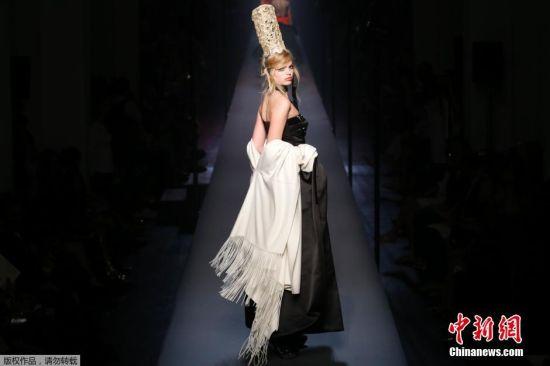 7月8日,法国巴黎高定时装周,模特展示设计师Jean Paul Gaultier的作品。