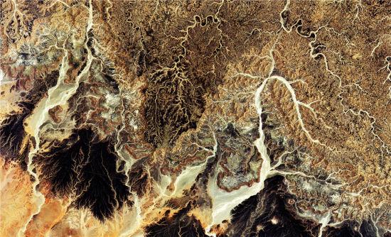 """2015年6月27日,欧洲航天局(ESA)的""""哨兵-2A""""卫星拍摄的撒哈拉沙漠部分图像。位于阿尔及利亚中部,这一片广袤的区域被沙地和岩石地貌所覆盖,干涸缺水。(图片来源:哥白尼计划2015年数据/ESA)"""