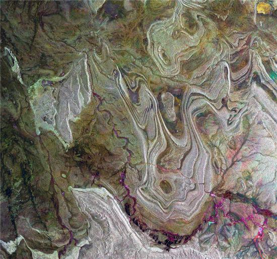 欧洲航天局发布的阿尔及利亚境内的撒哈拉沙漠卫星雷达图像。这一图像揭示了沙漠地表的粗糙程度:图像越明亮,该区域地表越粗糙。(图片来源:ESA)