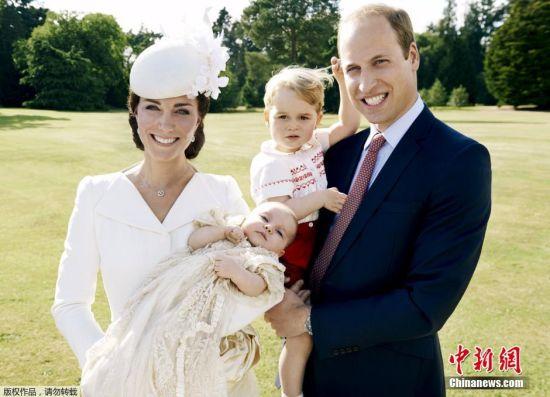 当地时间2015年7月9日报道,英国肯辛顿宫公布夏洛特小公主7月5日受洗的官方照片和威廉王子夫妇最新全家福照片。照片中凯特王妃小心翼翼的抱着女儿,可爱的夏洛特小公主看着镜头萌萌哒。