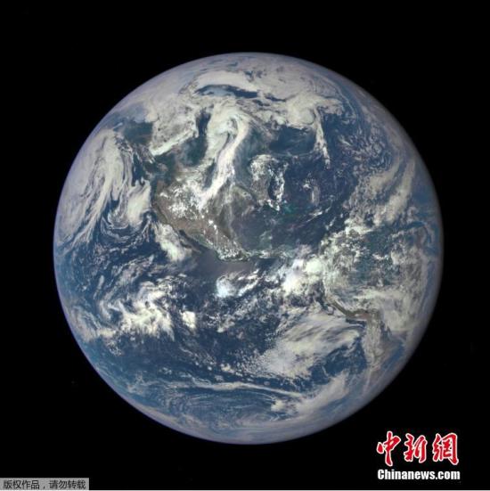 2015年7月21日,NASA放出新地球照,该照片是由深太空气候观测卫星(Deep Space Climate Observatory,后简称Dscovr)于7月6日在距离地球100万英里(约合161万公里)的外太空拍摄。最终呈现照片实际上是经过卫星上的地球多色成像相机(EPIC)利用三次不同滤镜处理后得到。从照片上,我们可以清晰地看到白色云层漂浮在大部分为蓝色的海洋上。而在海洋的中心处,一小部分区域呈现出蓝绿色的亮点。另外,地球上的陆地部分也清晰可见,整体呈现出灰褐色。