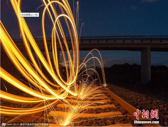 2015年7月27日消息(具体拍摄时间不详),奥地利卡林西亚,IT从业者Mandl Alexander利用长曝光拍摄的钢丝燃烧图片。图片来源:CFP视觉中国