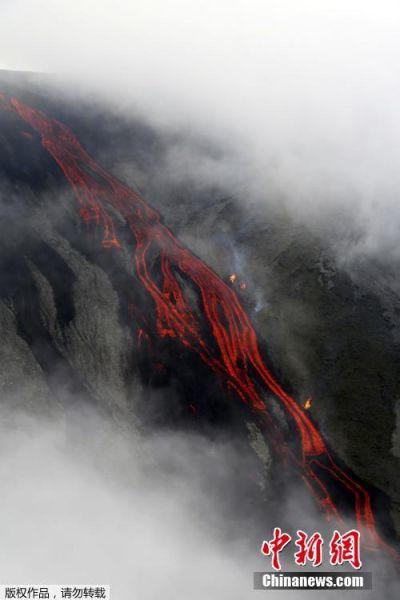 当地时间2015年7月31日,法国留尼旺岛富尔奈斯火山喷发,红色的岩浆流出。