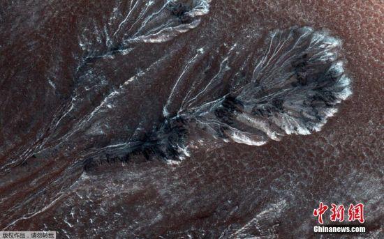 当地时间7月30日消息,美国宇航局公布了一张火星表面结霜现象的图片。该图片拍摄于4月11日,是由火星勘测轨道飞行器高分辨率科学实验成像仪拍摄到的。
