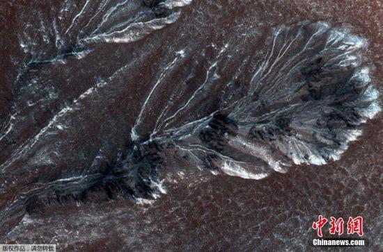 图片显示火星表面局部出现了明显的霜冻现象。