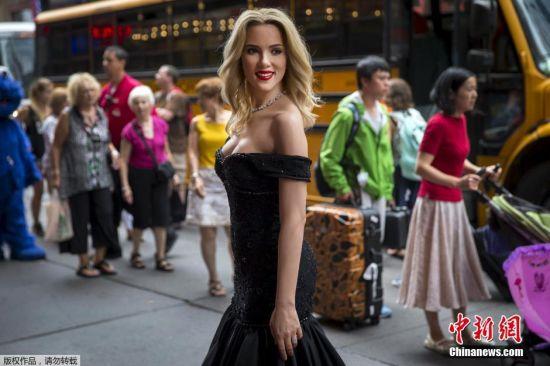 2015年7月31日讯,纽约,当地时间7月30日,斯嘉丽・约翰逊(Scarlett Johansson)新蜡像曝光。斯嘉丽的蜡像身穿低胸拖地黑裙,造型十分美艳,改造型再现了她出席2014年威尼斯电影节时开幕红毯倩影。