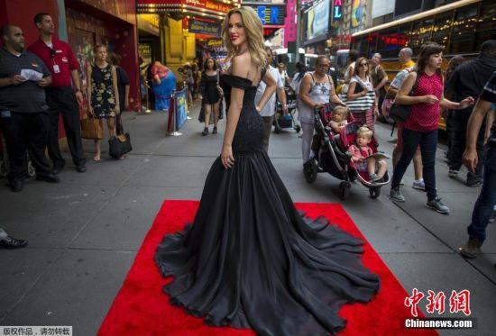 斯嘉丽・约翰逊新蜡像的长裙拖地,低胸装凸显完美身材。