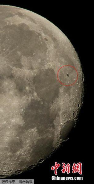 月球在国际空间站的衬托下显得硕大无比。